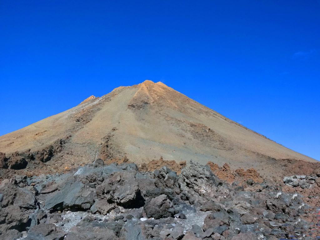De ses roches basaltiques s'échappent des fumerolles