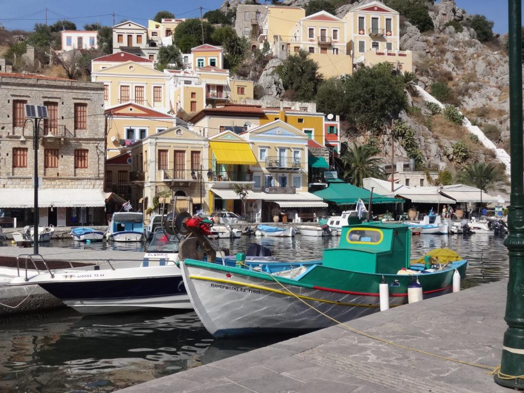 Bateaux de pêcheurs d'éponges dans le port de Symi