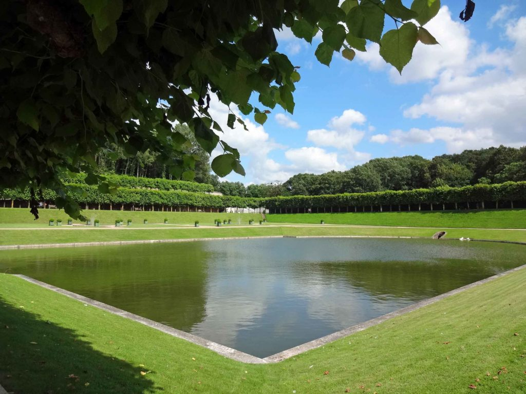 Le miroir Louis XV dans le jardin d'eau au sud du château