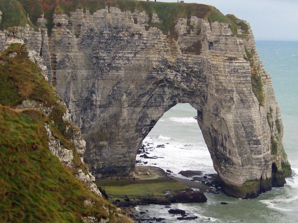 La Manneporte deuxième arche géante d'Etretat à marée basse