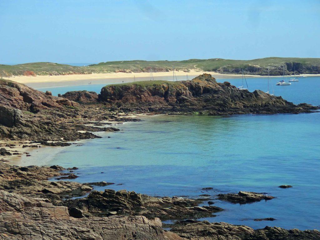 L'île est extrêmement découpée à l'est comme à l'ouest. En fond Pointe en-Tal et ses magnifiques plages